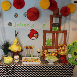 Angry birds cake and dessert table (1)