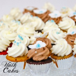 wedding-cake-and-groomesmans-cake-mini-cupcakes